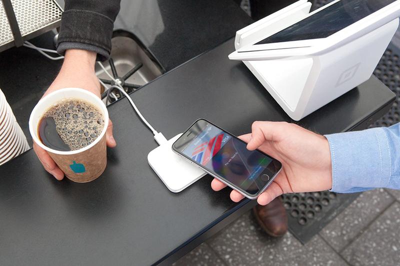 米アップルの電子財布・決済サービスである「アップルペイ」を使ってコーヒーを購入する人。英国国教会では今後、献金でも利用可能になるという。(写真:Mybloodtypeiscoffee)