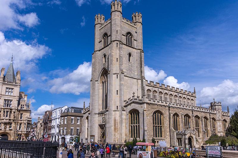 スティーブン・ホーキング博士の葬儀が行われた英ケンブリッジのセント・メアリー・ザ・グレート教会。地元では「グレート・セント・メアリー」とも呼ばれる。1478〜1519年建造。英国国教会の1小教区をなすケンブリッジ大学所属の教会。(写真:Jean-Christophe BENOIST)