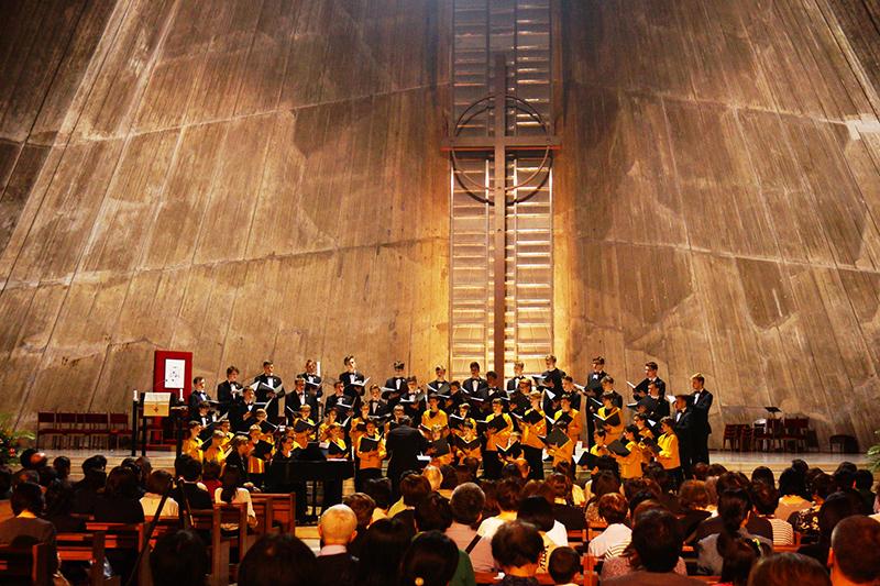 ツアー最終日に、カトリック東京カテドラル関口教会の聖マリア大聖堂で歌うゲッティンゲン少年合唱団=2日、同教会(東京都文京区)で(写真:コンサート実行委員会提供)