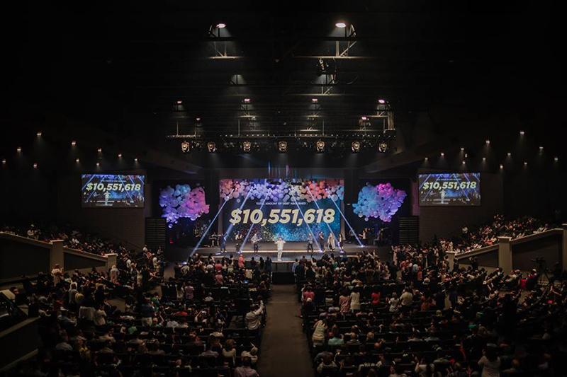 礼拝では、救済した医療債務の総額1055万1618ドル(約11億3千万円)がスクリーンに映し出された。(写真:カベナント教会のフェイスブックより)