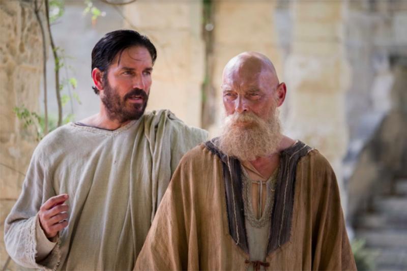 映画「パウロ キリストの使徒」でルカを演じるジム・カヴィーゼル(左)と、パウロ役のジェームズ・フォークナー(写真:2018CTMG)