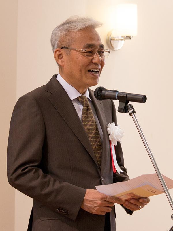 出版記念祝賀パーティーであいさつする著者の田頭真一氏