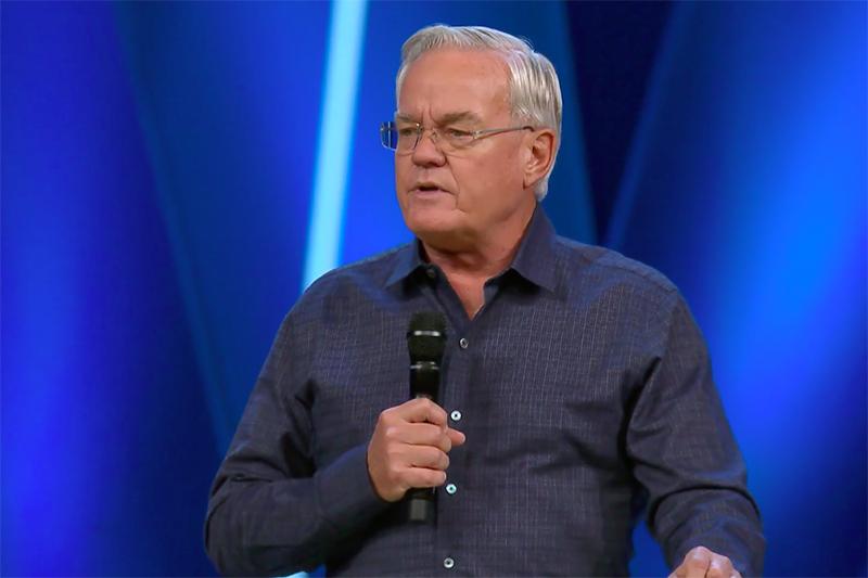 今年10月の引退を半年前倒して引退することを発表したウィロークリーク・コミュニティー教会主任牧師のビル・ハイベルズ氏(写真:同教会の動画より)
