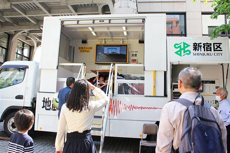 地震の揺れを体験できる装置=22日、ウェスレアン・ホーリネス教団淀橋教会(東京都新宿区)で