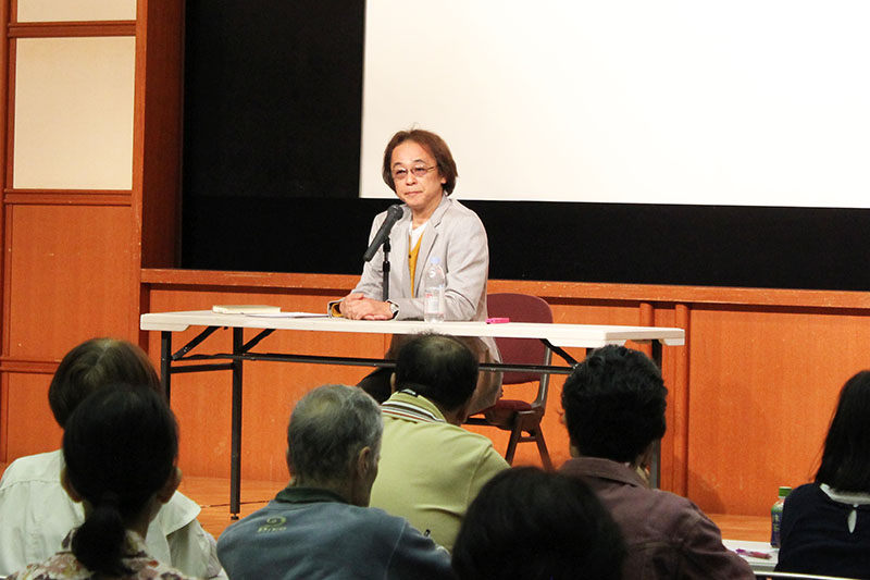 講演する作家の高山文彦さん=26日、東京・練馬区役所で