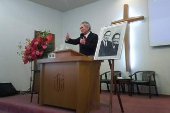 生駒聖書学院で創立者クート氏召天50周年記念聖会 ひ孫の宣教師家族も参加