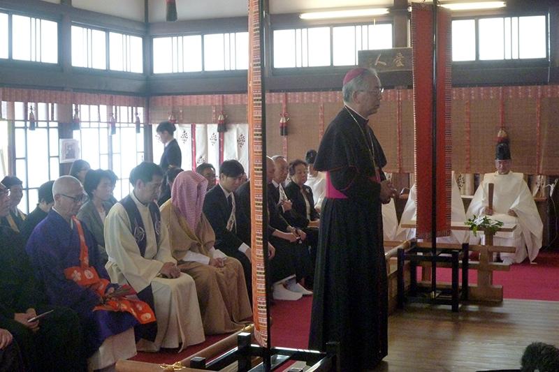 合同祈願式で祈りをささげるカトリック長崎大司教区の髙見三明大司教=4月26日、熊本大神社(熊本市)で(写真:世界宗教者平和会議〔WCRP〕日本委員会提供)<br />