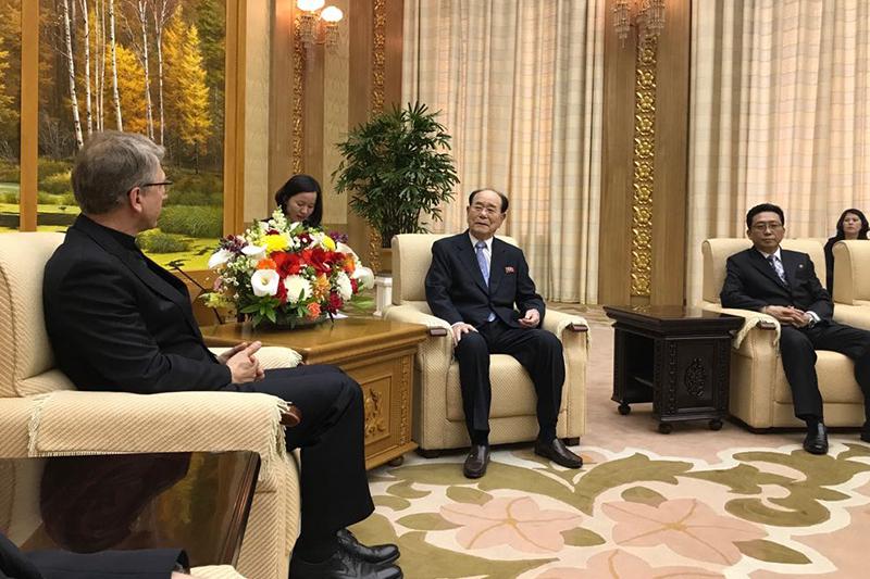 北朝鮮の金永南(キム・ヨンナム)最高人民会議常任委員長(中)と会談する世界教会協議会(WCC)のオラフ・フィクセ・トヴェイト総幹事(左)(写真:WCC / Peter Prove)