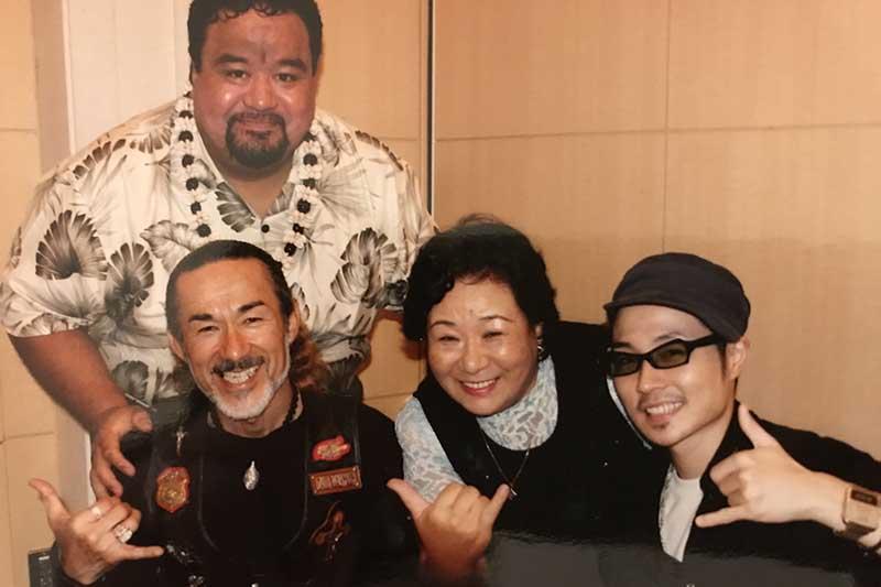 右から2番目が加藤凉子さん。ニューホープ東京のタロ・サタラカ牧師(左上)やアーサー・ホーランド牧師(左下)と。