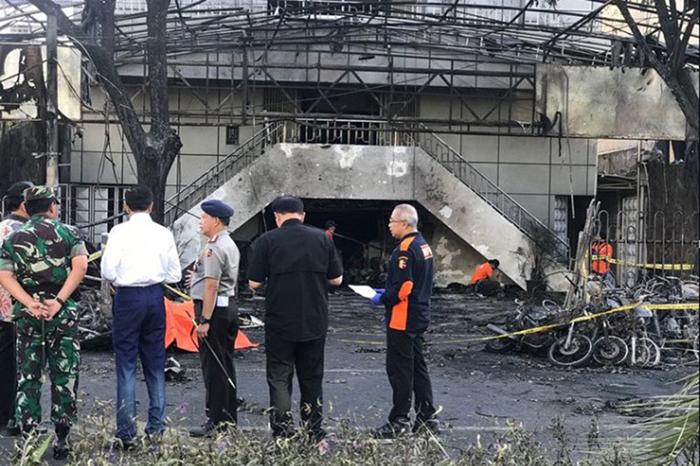 自爆テロに遭った教会の1つ。手前の白いシャツの男性は、現場を視察するインドネシアのジョコ・ウィドド大統領=13日(写真:同大統領のフェイスブックより)