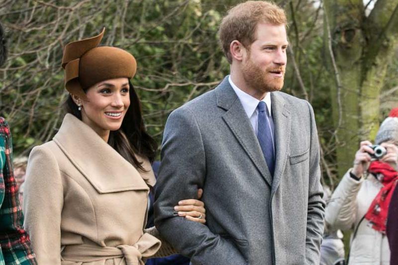 昨年のクリスマスに、英王室の別邸がある英東部サンドリンガムの教会へ行くヘンリー王子とメーガン・マークルさん=2017年12月25日(写真:Mark Jones)<br />