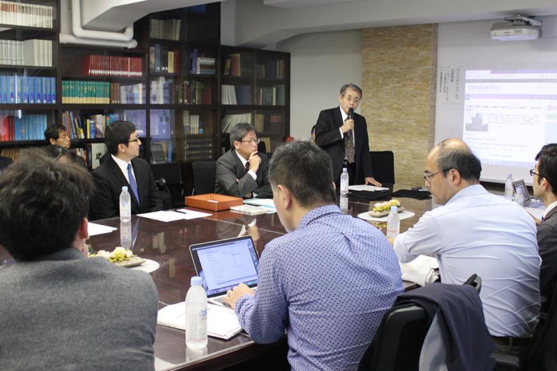 記者発表会であいさつする渡部信氏(奥)=21日、日本聖書協会(東京都中央区)で