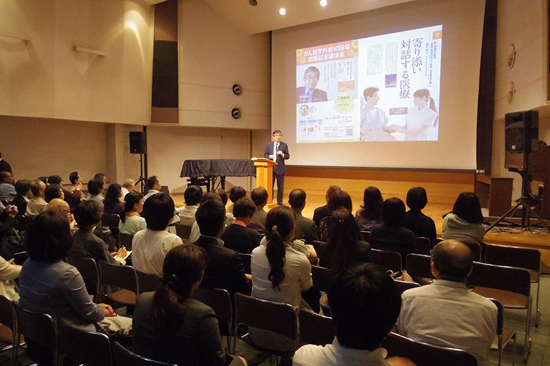 スライドを使って話す順天堂大学医学部教授の樋野興夫氏=5月31日、お茶の水クリスチャン・センター(東京都千代田区)で