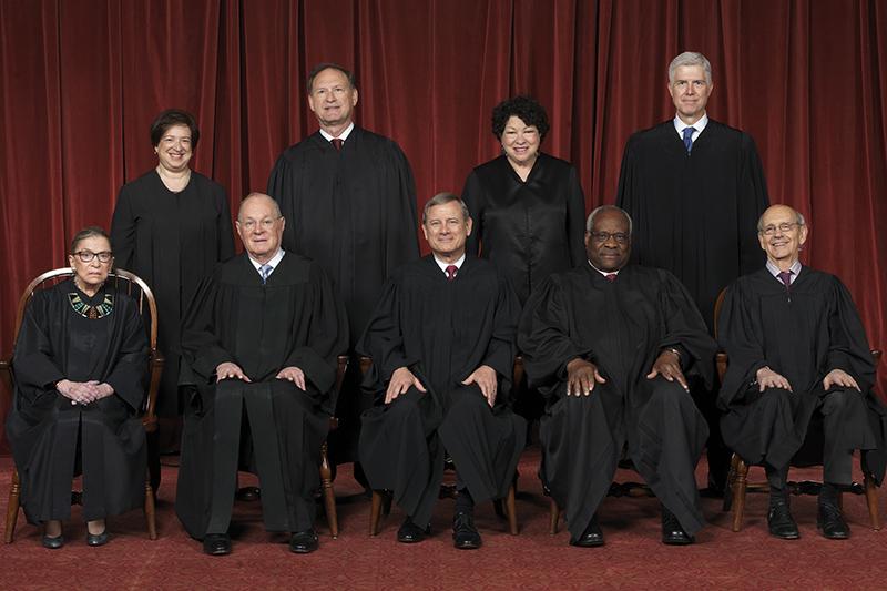 米連邦最高裁の現在(2017年4月〜)の判事9人。手前中央が首席判事(最高裁長官)のジョン・ロバーツ氏。(写真:Franz Jantzen / Collection of the Supreme Court of the United States)