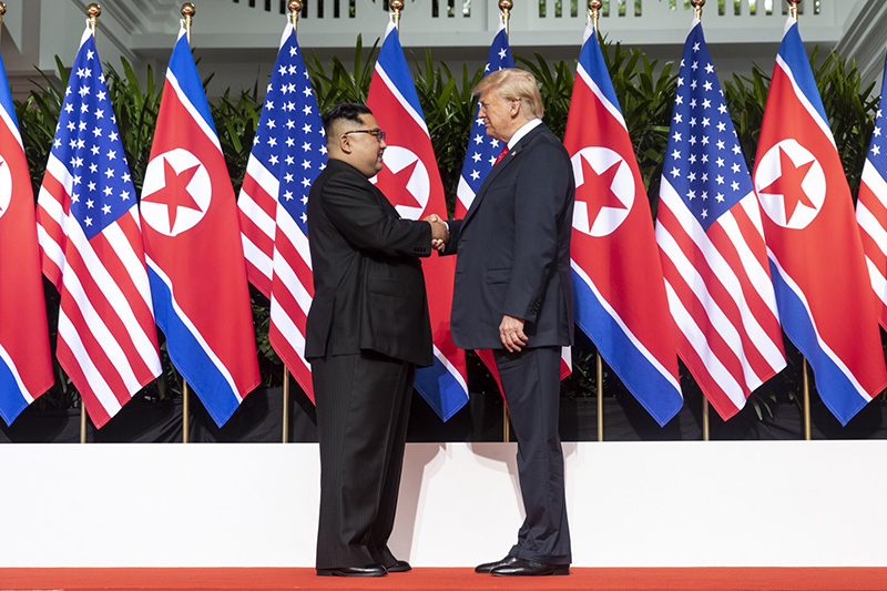握手を交わす米国のドナルド・トランプ大統領と北朝鮮の金正恩(キム・ジョンウン)朝鮮労働党委員長=12日、シンガポールで(写真:Dan Scavino Jr./Executive Office of the President of the United States)