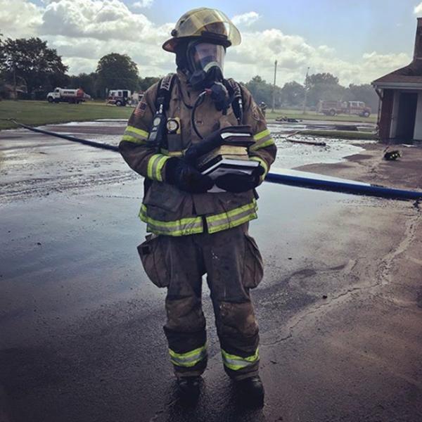 教会の焼け跡から「救出」された聖書を持つ消防士(写真:ライトハウス・タバナクル教会)