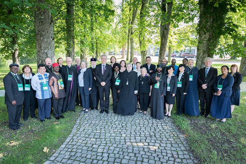 スイス・ボセーのエキュメニカル研究所で13~14日に開催された世界教会協議会(WCC)常議員会の常議員ら(写真:Albin Hillert/WCC)