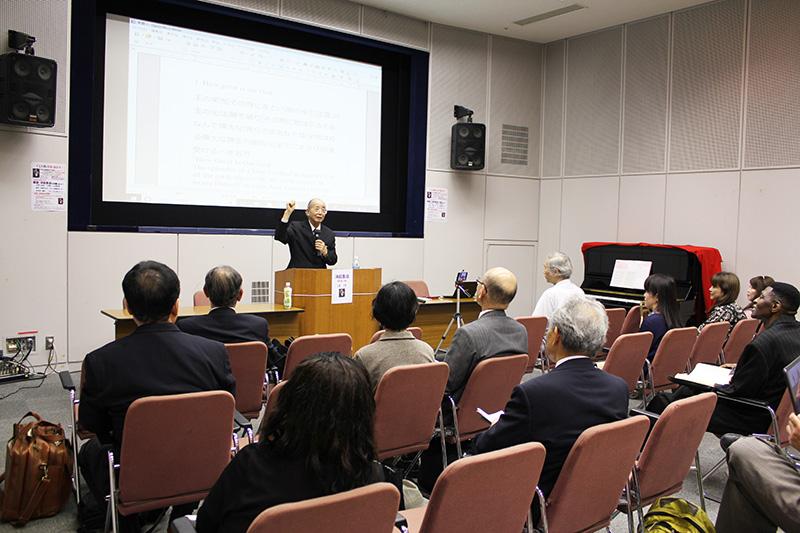 奥山実氏の話に聞き入る参加者たち=18日、なかのZERO視聴覚ホール(東京都中野区)で