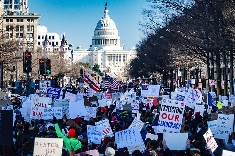 ドナルド・トランプ米大統領が昨年、難民受け入れの一時停止や一部の国からの入国を制限する大統領令に署名したことを受け、反対デモを行う人々=2017年2月4日、米首都ワシントンで(写真:Ted Eytan)