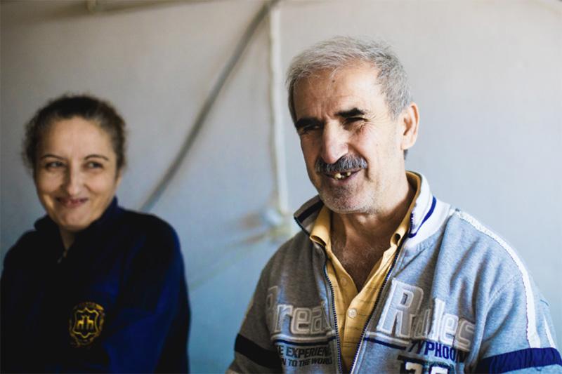 現在、ヨルダンの首都アンマンで難民生活をするイラク人のファディルさん(仮名、右)(写真:リード・ザ・ウェイ)<br />