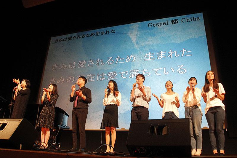 コンサートの最後に「きみは愛されるため生まれた」を合唱する出演者たち=6月30日、千葉市文化センター・アートホールで