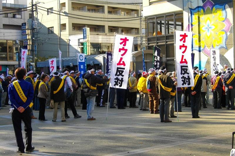 住民によるオウム真理教の追放運動(写真:Abasaa)