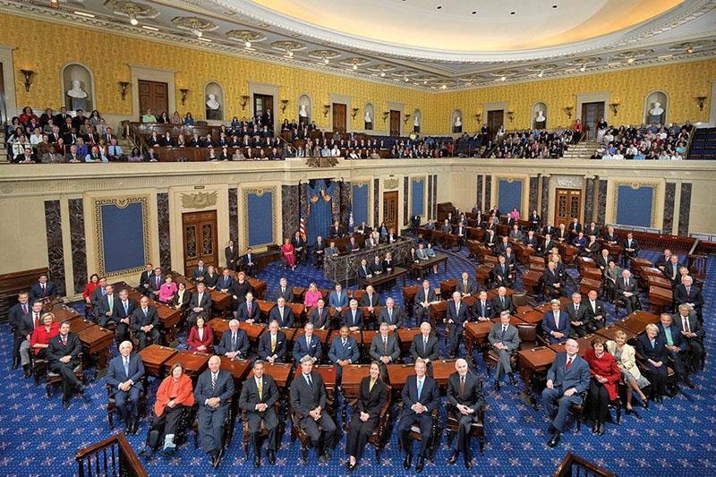米上院議会(2010年撮影)。議員定数は各州2人選出の計100人で任期は6年。連邦最高裁判事のほか、大使や公使、領事、連邦行政省庁の長官や副長官、次官、また軍の将官など、大統領が指名する人事は上院出席議員の3分の2以上の賛成が必要となっている。(写真:U.S. Senate, 111th Congress, Senate Photo Studio)