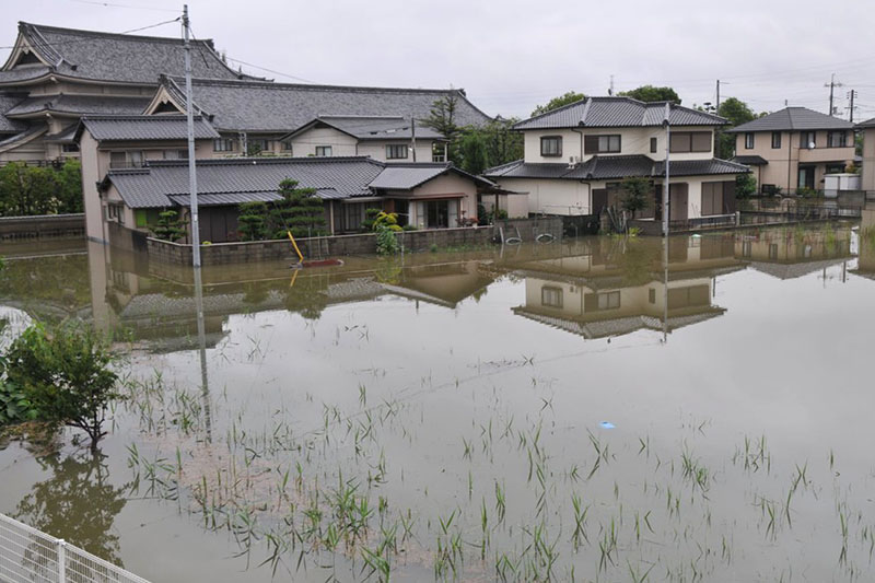 床下浸水の被害に遭った玉島福音ルーテル教会(岡山県倉敷市)から見た外の様子=7日(写真:同教会提供)