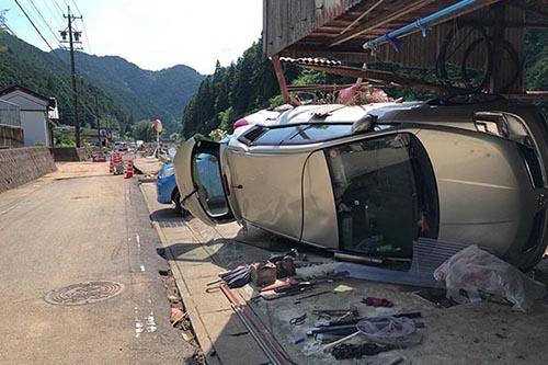 河川の氾濫により押し流され横転した自動車=10日、岐阜県関市で(写真:日本国際飢餓対策機構)