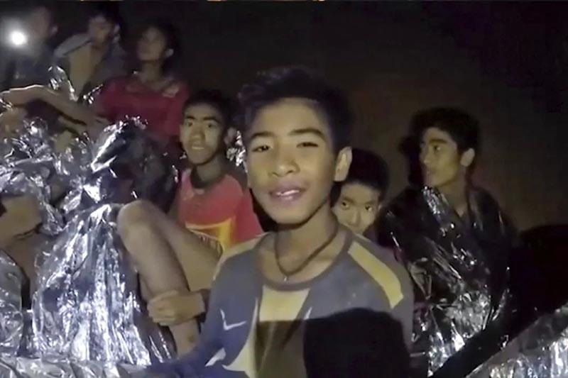 タイ北部の洞窟に他の少年11人とコーチと共に閉じ込められてしまったアダル・サムオン君(画像:タイ国軍が公開した動画より)