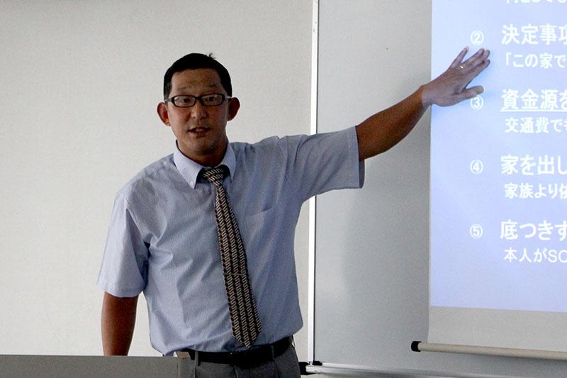 講演する木崎智之氏=7日、埼玉県・吉川市民交流センターおあしすで
