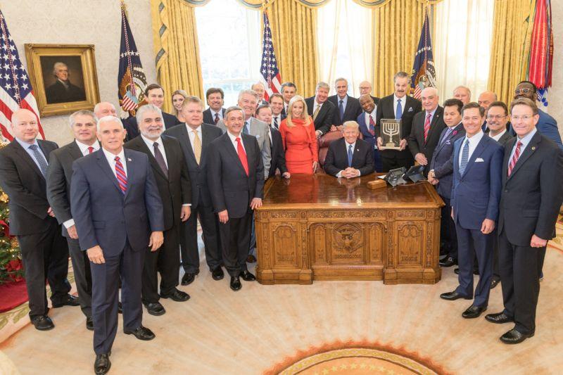 ホワイトハウスの大統領執務室でドナルド・トランプ大統領と共に祈り、記念撮影をした米国の「福音派」の指導者たち=2017年12月11日(写真:ジョニー・ムーア氏)