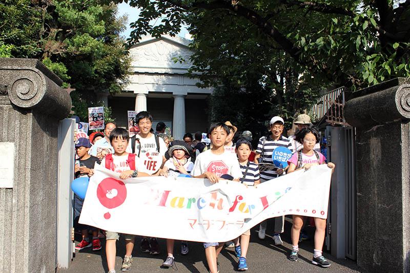 カトリック築地教会(東京都中央区)を出発する参加者たち=16日