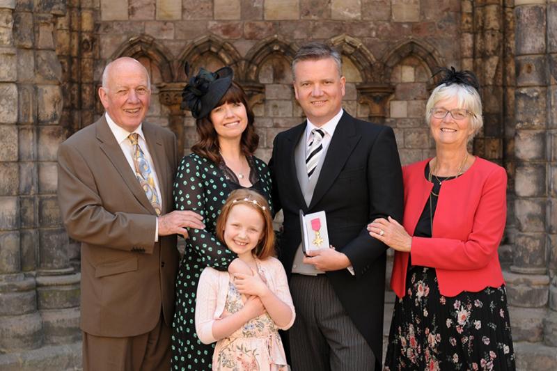 大英帝国勲章を受章したキース・ゲティさん(中央右)とその家族。妻で歌手のクリスティンさんはゲティさんの左横の女性。