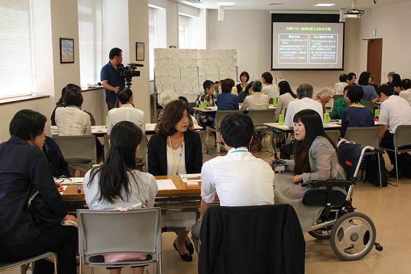 参加者は5人ほどのグループに分かれて研修を行った=23日、東京・四ツ谷のイエズス会・岐部ホールで<br />