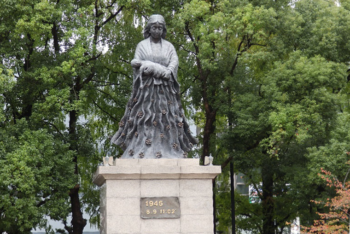 長崎の原爆投下地にある平和公園に建つ母子像