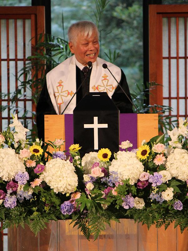 「お別れの会」の司式をし、泉堅さんの遺骨を前に聖書からメッセージを伝える神田英輔牧師(「声なき者の友の輪」代表)=10日、ウェスレアン・ホーリネス教団淀橋教会(東京都新宿区)で