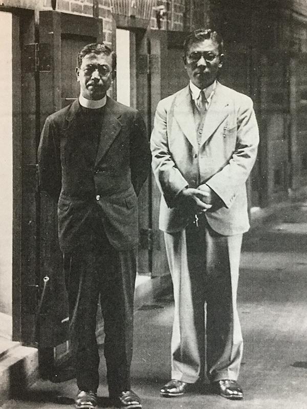 札幌拘置所釈放直後と思われる戸田帯刀神父(左)<br />
