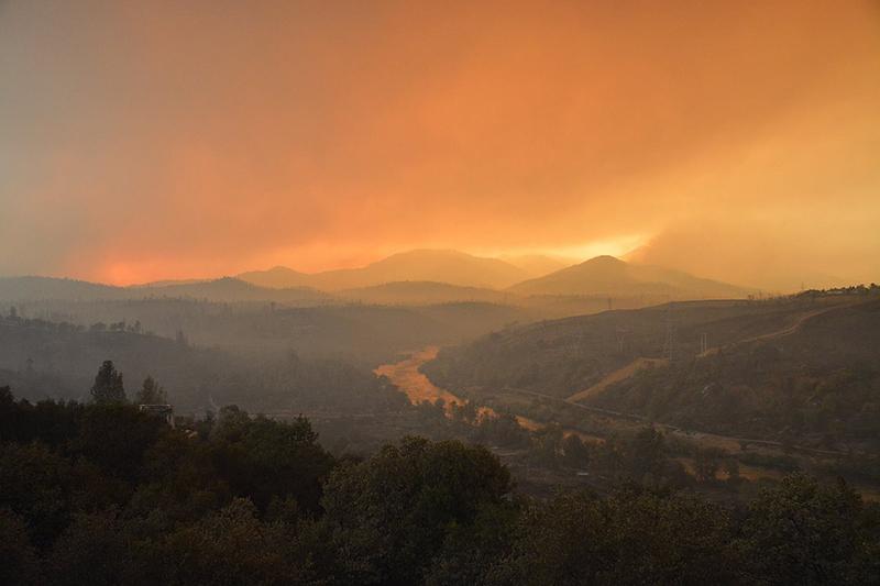 火災で赤く染まる山=7月28日(写真:Cal Fire)