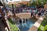 サドルバック教会で5万人目の洗礼式 創設から38年