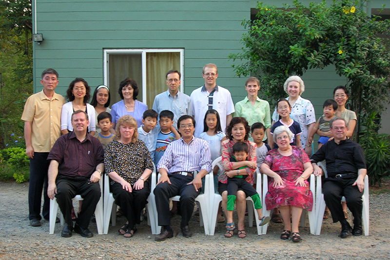 神学大学院の教師とその子どもたち、キャンパスの教員住宅の前で=2007年3月
