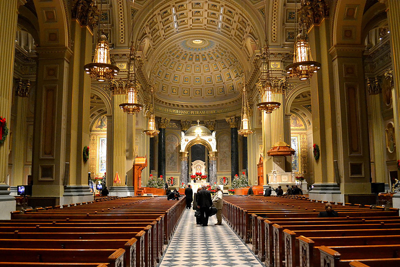 ペンシルベニア州フィラデルフィアの聖ペトロ・パウロ大聖堂の内部(写真:Interstate295r)