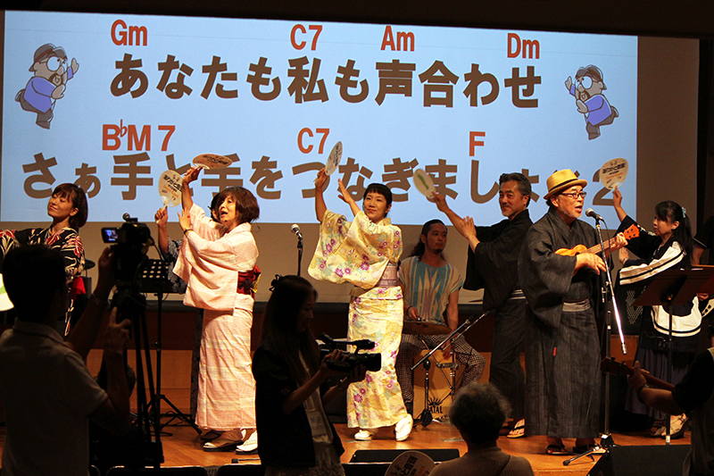 最後は参加者全員で「ありがと音頭」を踊った=1日、お茶の水クリスチャン・センター(東京都千代田区)で