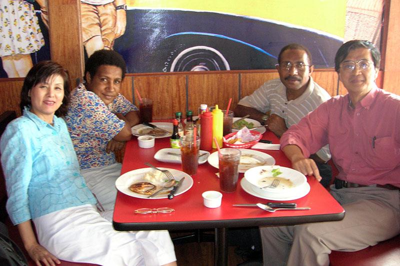 マイク・トンギア牧師夫妻(奥の2人)と神学校の近くのレストランで=2006年4月