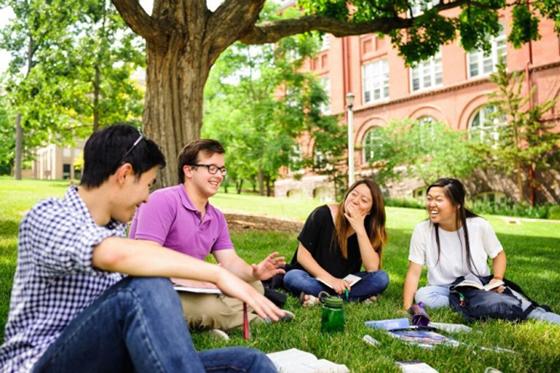 ウィスコンシン大学マディソン校で行われた「インターバーシティー・クリスチャン・フェローシップ」(ICF)のバイブル・スタディーに参加する学生ら(写真:ICF)