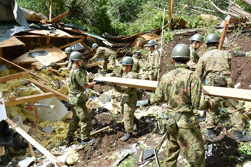 大規模な土砂崩れが発生した北海道厚真(あつま)町で救助活動を行う陸上自衛隊=6日(写真:陸上自衛隊のフェイスブックより)<br />