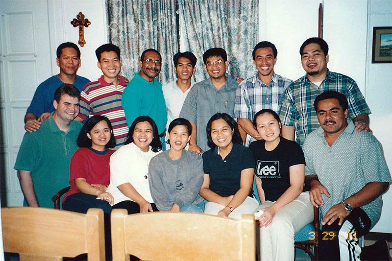 学生会の委員たち。前列右端がサモアの学生。神学校の教員宅で=2003年3月