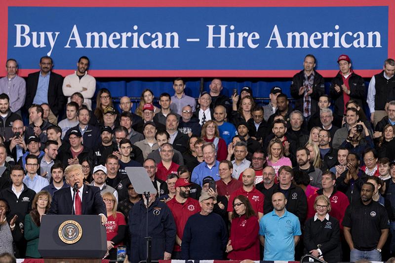 昨年3月にミシガン州で行われた集会で、自動車産業の労働者に向けスピーチするドナルド・トランプ米大統領(写真:Official White House Photo / Shealah Craighead)<br />