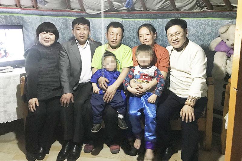 「モンゴルキッズの家」の設立者、高見澤栄子さん(左端)は今年2月にモンゴルを訪問し、NHKの20年前の番組で「マンホールチルドレン」として紹介された3人のうち、2人と対面を果たした。そのうちの1人、ボルド(左から2番目)は洗礼を受けクリスチャンとなっており、ボルドの紹介でもう1人のダシャ(同3番目)が住むゲルを訪問した。(写真:「モンゴルキッズの家」提供)
