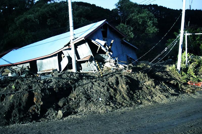 土砂で倒壊した厚真町吉野地区の家=9月10日<br />
